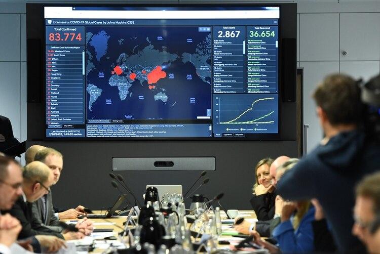 Una pantalla muestra la última información sobre la propagación del nuevo coronavirus en todo el mundo durante una reunión de crisis de los funcionarios del gobierno en Berlín, Alemania, el 28 de febrero de 2020. REUTERS/Annegret Hilse