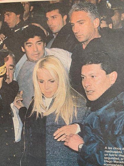 Diego, Claudia y Leo llegaron al velorio de Rodrigo en medio de un tumulto de personas que se acercaron a despedir al cantante popular (Revista Gente)