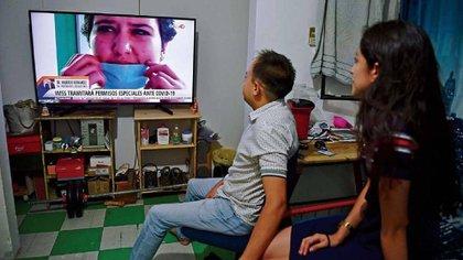 Una pareja observa las noticias durante la crisis sanitaria de coronavirus (Foto: Cuartoscuro)