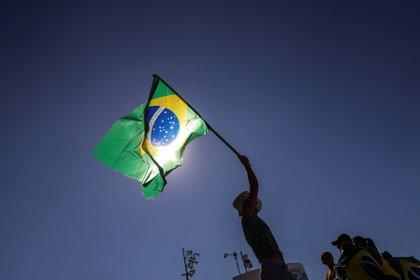 De acuerdo con la encuesta divulgada por la firma Datafolha, el porcentaje de brasileños que considera que la democracia es mejor que cualquier otra forma de gobierno subió desde el 62 % en diciembre de 2019 hasta el 75 % en junio de 2020. EFE/ Antonio Lacerda/Archivo