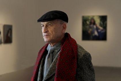 Silvio Fabrykant, con su retrato de Gilda de fondo