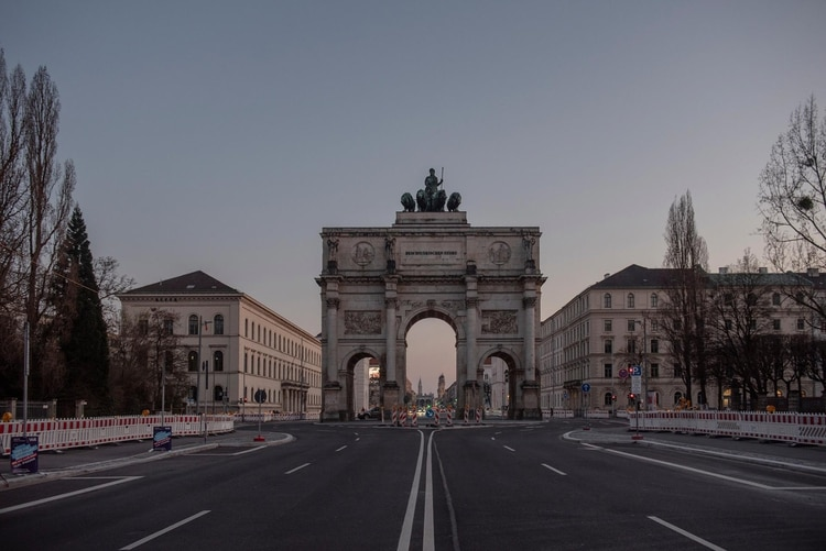 La puerta de brandenburgo en Berlín, desierta (The New York Times)