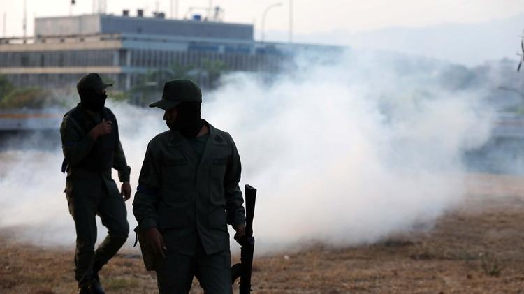 Los militares afines al chavismo lanzaron gases lacrimógenos (Reuters)