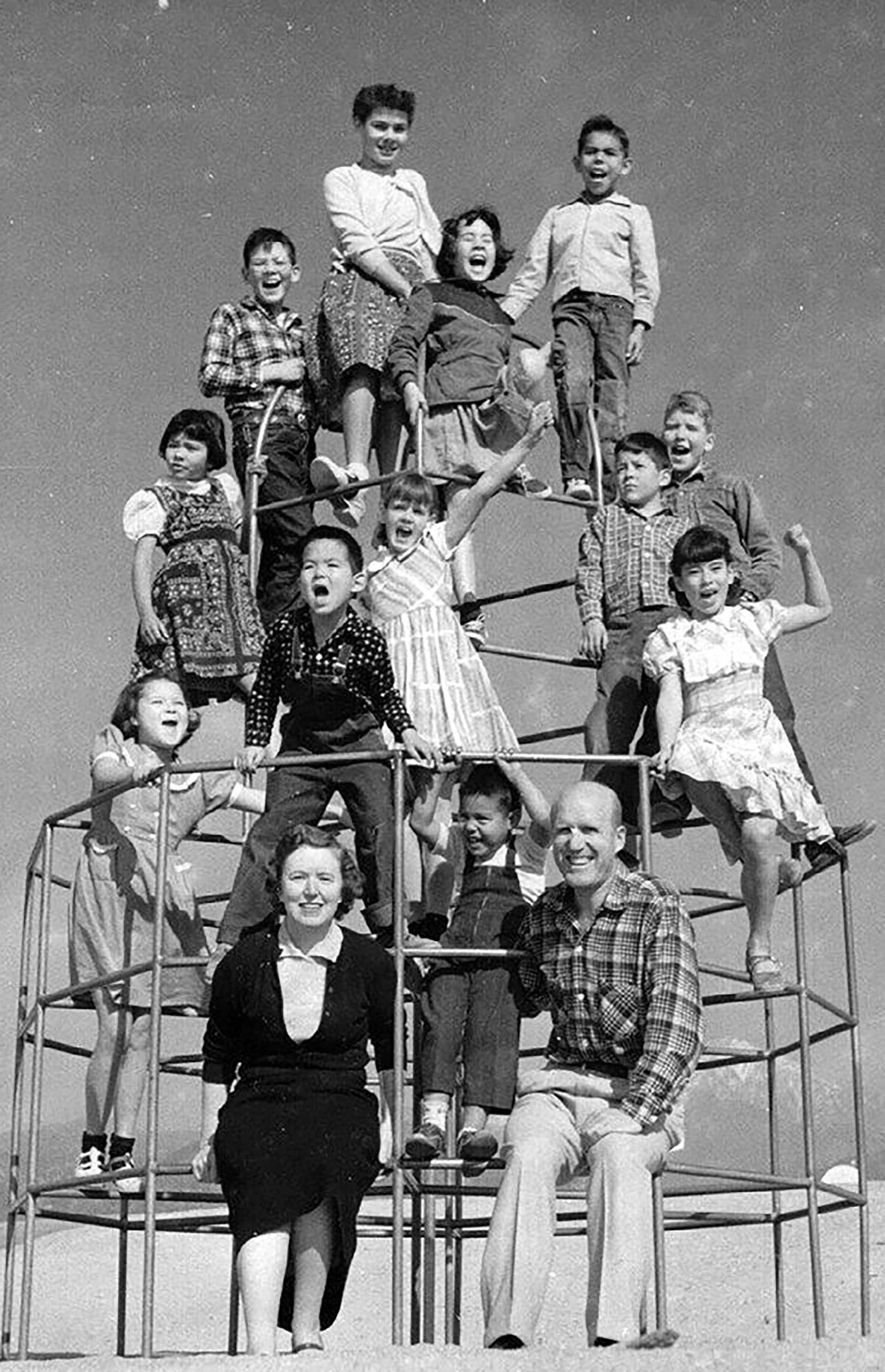 Los doce niños adoptados por Helen y Carl Doss