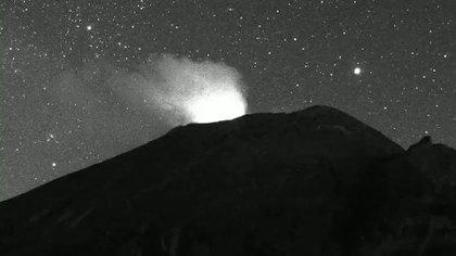 Explosión registrada en el Volcán Popocatépetl a las 21:45 h (Foto: Twitter@CNPC_MX)