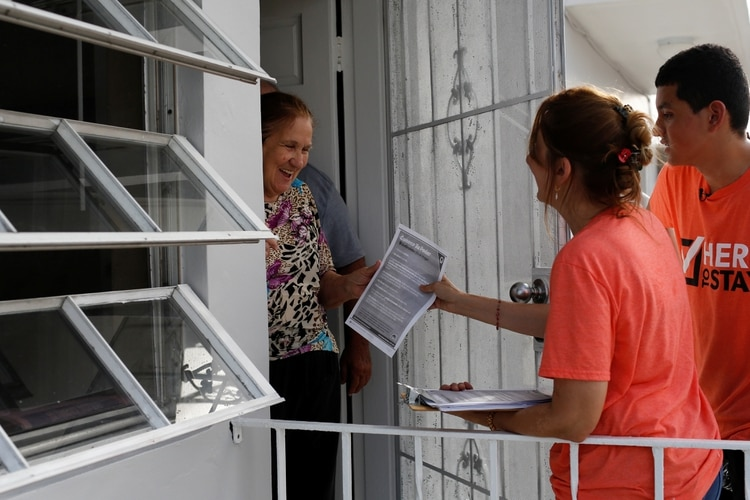 Activistas por derechos migratorios reparten información a posibles víctimas de arrestos en Miami (Reuters)