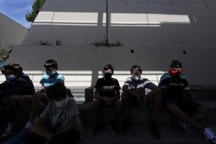 Estudiantes con máscaras protectoras se sientan en el patio del Henri Matisse College (REUTERS / Eric Gaillard)