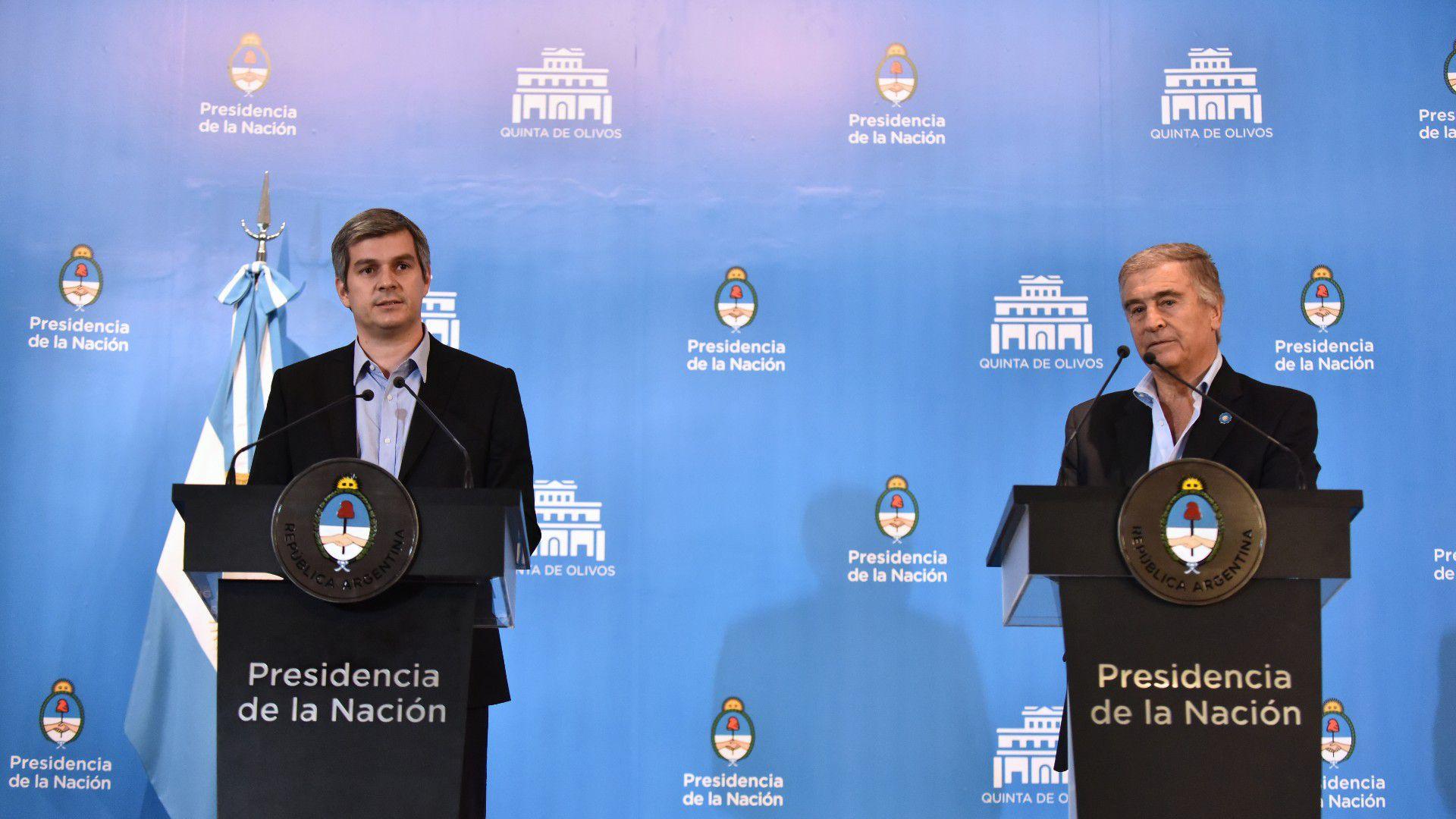 Marcos Peña, jefe de Gabinete, y Oscar Aguad, Ministro de Defensa, durante una presentación en Casa Rosada. (Adrián Escandar)