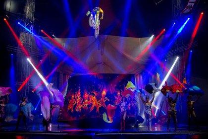 """Con más de 60 artistas en escena, el Circo Servián montó su carpa en una de las playas de estacionamiento del Mendoza Plaza Shopping, donde presenta el espectáculo """"Enciende tus sueños"""" (Telam)"""