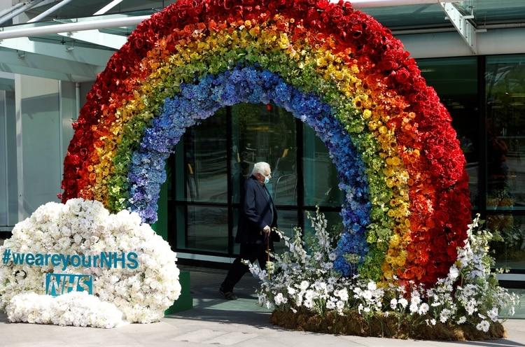 Una exposición de flores en forma de arco iris organizada por los trabajadores para dar las gracias a la gente por su apoyo en el Hospital del Colegio Universitario en Londres, el 23 de abril de 2020. (REUTERS/John Sibley)