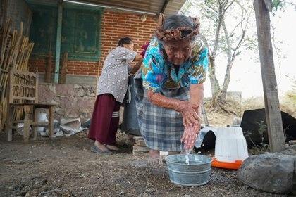 Mujer indígena toma precauciones ante coronavirus Foto: REUTERS/Jose de Jesus Cortes