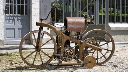 El detalle de las ruedas complementarias que llevaba la moto para tener más estabilidad.
