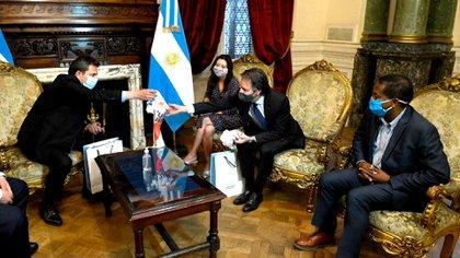 Massa le regala una camiseta de River Plate al representante del Fondo Luis Cubeddu