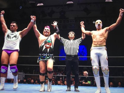 La Máscara, Máximo y Brazo de plata Jr tras ganar una pelea (Foto: Twitter @MaXiMo_Sioux)