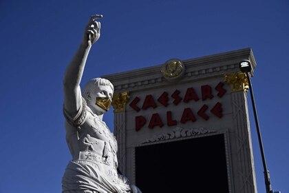 El personal de los casinos y hasta Julio César mismo debieron usar mascarillas faciales, pero los apostadores que circularon por Las Vegas se mostraron más reticentes. (David Becker/Getty Images/AFP)