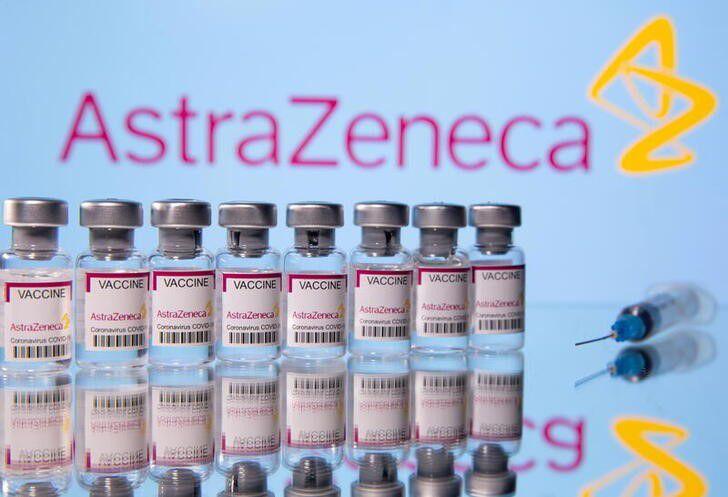 """""""En Argentina los síntomas como cefaleas y dolores musculares tienen un porcentaje del 30 a 40%"""" de las personas que se vacunan, dijo el médico Eduardo López. REUTERS/Dado Ruvic/"""