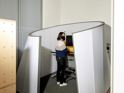 """Christine Wu, jefa de investigación y diseño, en un prototipo de """"escritorio interactivo"""" que se ajusta automáticamente a la configuración de un empleado cuando esa persona desliza una insignia de trabajo, el campus de Google en Mountain View. (Cayce Clifford/The New York Times)"""