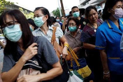 La gente hace cola para comprar desinfectante de manos y máscaras en una farmacia en Bangkok, Tailandia. REUTERS/Soe Zeya Tun
