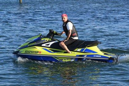Divertidas vacaciones. Scott Disick anduvo en moto de agua bajo la atenta mirada de su novia, Amelia Hamlin. La pareja disfrutó de un día de sol en las playas de Miami