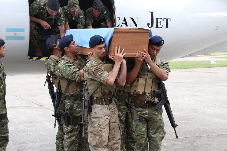 Con respeto, seis miembros del GOE llevaron el féretro envuelto en la bandera argentina sobre sus hombros