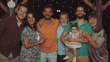 La familia Sierra en diciembre de 2019. La última Navidad que pasaron junto a Beto, el padre del actor