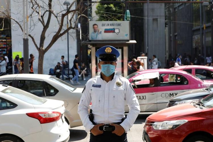Un oficial de policía usa un cubre bocas como máscara protectora en la calle ante los casos de coronavirus confirmados el 29 de febrero en Coahuila (Foto: Reuters/Carlos Jasso)