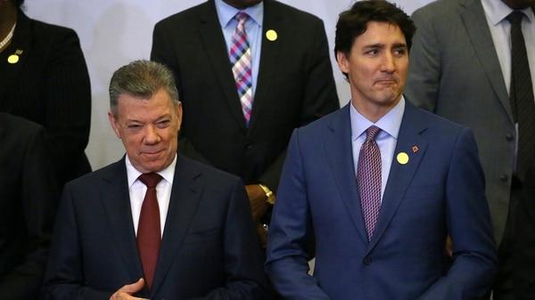 Los mandatarios de Colombia y Canadá, Juan Manuel Santos y Justin Trudeau, durante la foto de la VIII Cumbre de las Américas(REUTERS/ Ivan Alvarado)