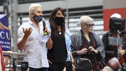 Mendoza convocó a una protesta en la puerta del teatro Broadway para poder recibir al público respetando los protocolos sanitarios (Foto: NA)