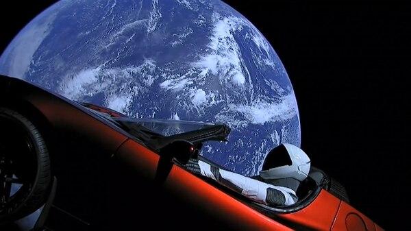 El Tesla Roadster con la Tierra de fondo