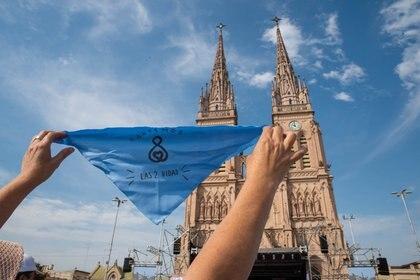 Una mujer levanta un pañuelo celeste durante la última movilización por las Dos Vidas que se realizó en Luján