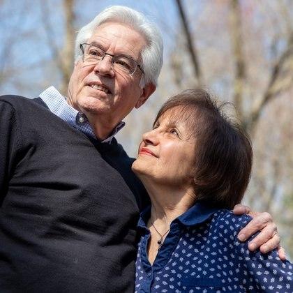 Michael e Peggy Gross a Mahwah, NJ, 7 aprile 2021. Nonostante l'urgenza di trattamenti per rallentare o fermare il morbo di Alzheimer, trovare pazienti per gli studi clinici è stato difficile e frustrante.  (Jackie Molloy / The New York Times)