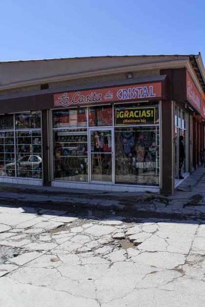Mientras la avenida Adolfo López Mateos la han remodelado en cuatro ocasiones, las banquetas y calles aledañas continúan en mal estado.  Foto: Joel Holguín.