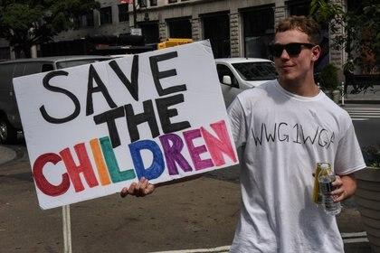 """Una persona lleva una camiseta con el anagrama WWG1WGA, el eslogan de QAnon, mientras participa en una marcha y mitin para """"salvar a los niños"""" en la ciudad de Nueva York, el 12 de agosto de 2020 (REUTERS/Stephanie Keith)"""