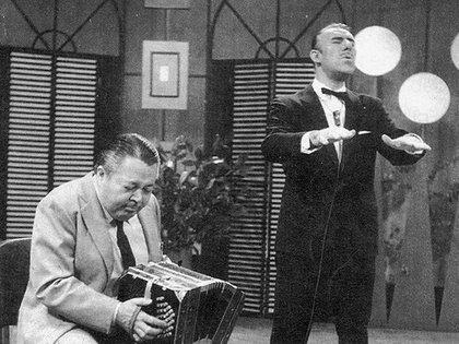 """Aníbal Troilo y Edmundo Rivero en el programa """"Yo te canto Buenos Aires"""" que canal 11 emitía a principios de la década de 1960"""