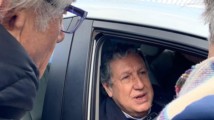 El embajador Ramón Puerta aceptó dialogar con la prensa al salir de la casa de gobierno.