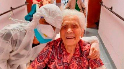 La sonrisa a pesar de todo, la mujer deja el hospital luego de haberse recuperado de coronavirus
