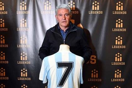 Burru se reencontró con la camiseta con la que le convirtió el 3-2 a Alemania en la final del Mundial 86: fue en el museo Legends (Maximiliano Luna)