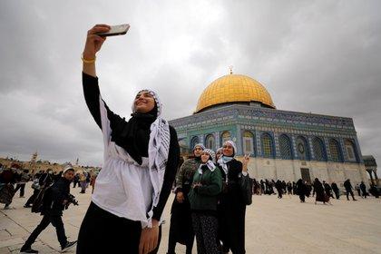 Los fieles se toman una selfie en el complejo conocido por los musulmanes como Noble Santuario y por los judíos como el Monte del Templo en la Ciudad Vieja de Jerusalén durante la preparación para el mes sagrado musulmán del Ramadán mientras las restricciones de la enfermedad por coronavirus (COVID-19) disminuyen en todo el país el 10 de abril de 2021. Foto tomada el 10 de abril de 2021. REUTERS / Ammar Awad