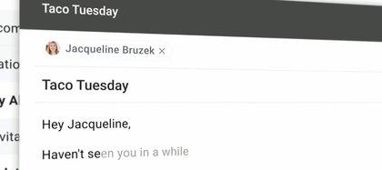 El saludo, una parte que suele repetirse en diferentes correos, es sugerida (en texto gris) por el sistema
