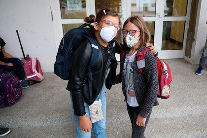 Dos estudiantes posan a su arribo a la escuela en Zagreb (EFE/EPA/STRINGER)