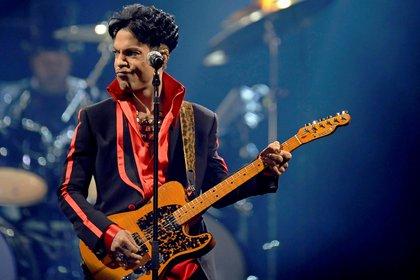 El cantante y compositor estadounidense Prince ofrece un concierto. EFE/Dirk Waem./Archivo