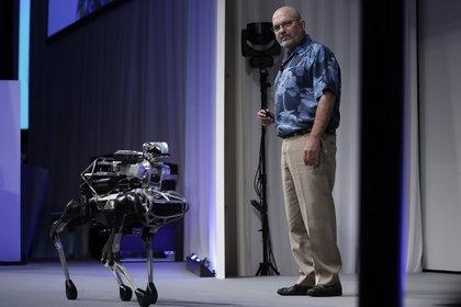 El director de Boston Dynamics, Marc Raibert,durante una demostración del SpotMini en el SoftBank World 2017 celebrado en Tokio (Kiyoshi Ota/Bloomberg/The Washington Post)