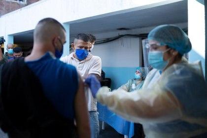 Foto de archivo - Un detenido recibe una vacuna de Sinovac contra el COVID-19 en la unidad cuatro de la prisión Santiago Vázquez en Montevideo. Mar 19, 2021. REUTERS/Ana Ferreira Cirigliano