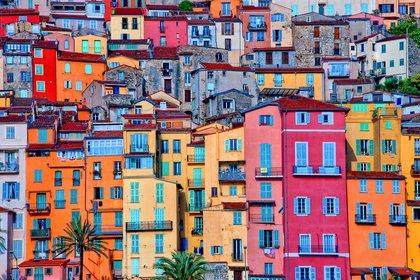 Menton es un trozo del paraíso en el Mediterráneo. En plena rivera francesa, la maravillosa y soñada Costa Azul, muy cerca de la frontera italiana goza de un clima subtropical donde el sol luce más de trescientos días al año. Entre una empalizada de montañas y un mar exageradamente azul y transparente, una pequeña ciudad  que, con sus características casas de la Belle Epoque, de líneas sencillas y colores pastel; desbordan elegancia y encanto