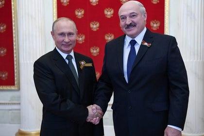Vladimir Putin saluda a Alexander Lukashenko antes del desfile del Día de la Victoria en Moscú, Rusia (Sputnik/Alexei Nikolskyi/Kremlin via REUTERS)