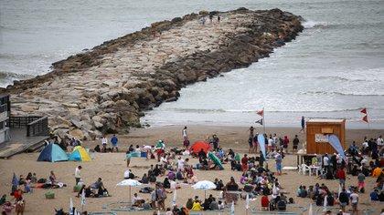 Aún en los días nublados, la gente aprovechó para visitar las playas de la costa marplantense