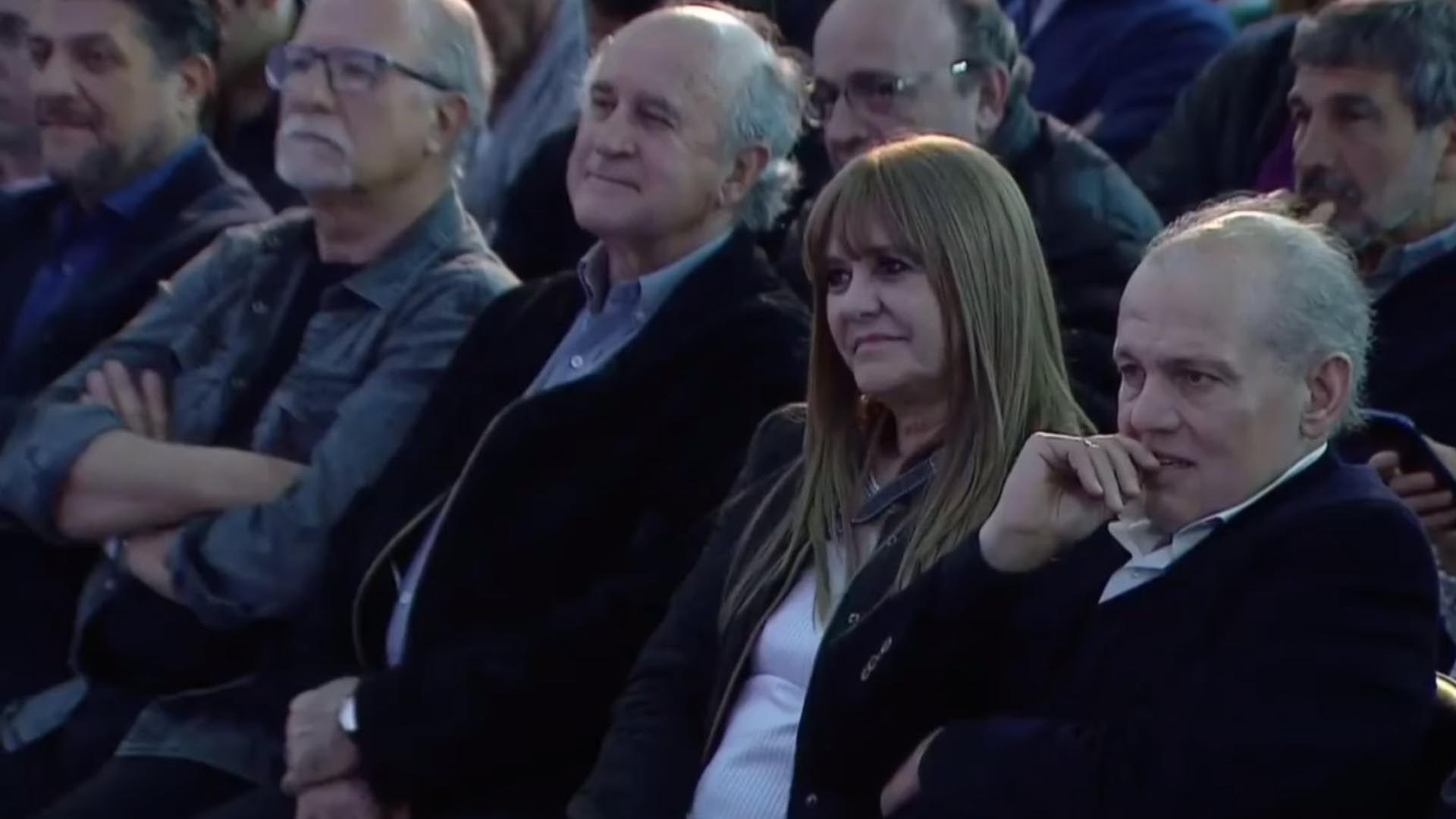 Sabella junto a su mujer y a su lado Oscar Parrilli, ex secretario general de la Presidencia