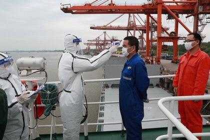 Revisión de temperatura en el puerto de Wuhan (Reuters)
