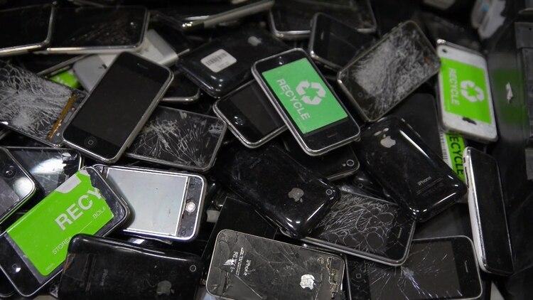 Las baterías de los celulares son un elemento muy contaminante que debe recibir un tratamiento especial de reciclaje