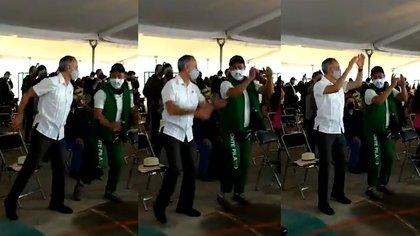 """Captan a López-Gatell bailando """"I will survive"""" antes de su vacunación"""